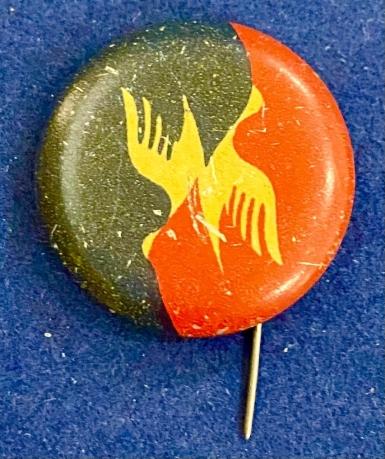 Значок на иголке со стилизованной птицей