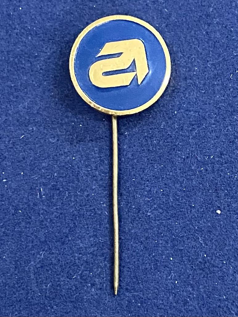 Значок на иголке со стрелкой-указателем