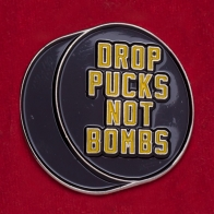 "Значок панк-рок группы Anti-Flag ""Забрасывайте шайбы, а не бомбы"""