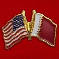 Значок с флагами США и Катара