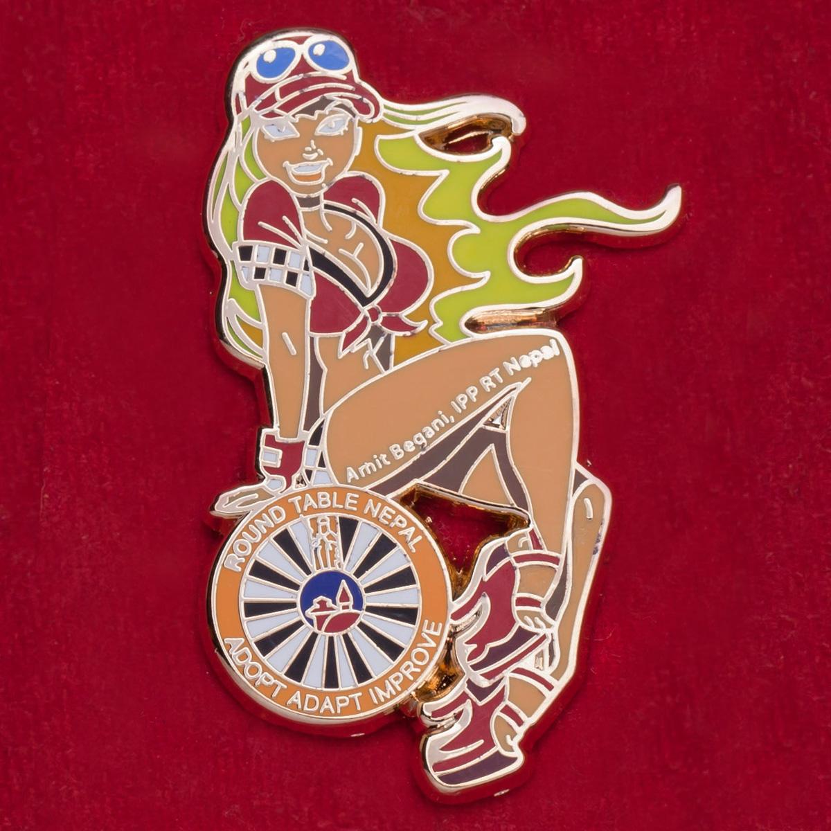Значок с мальчишника Round Table Nepal с секси-блондинкой