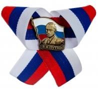 Значок с Путиным на триколоре