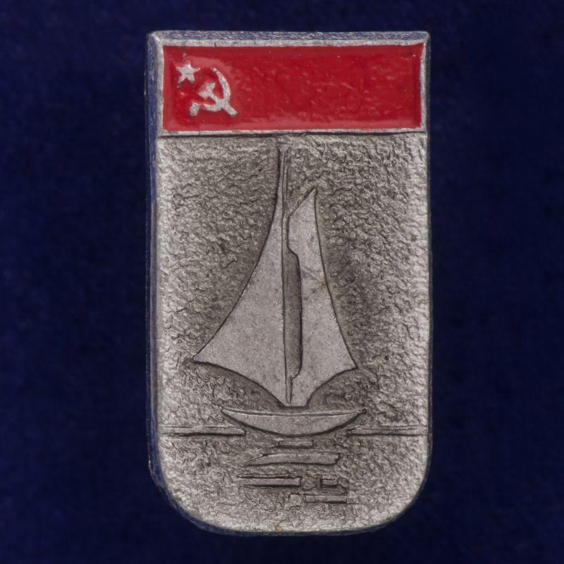 Значок с яхтой
