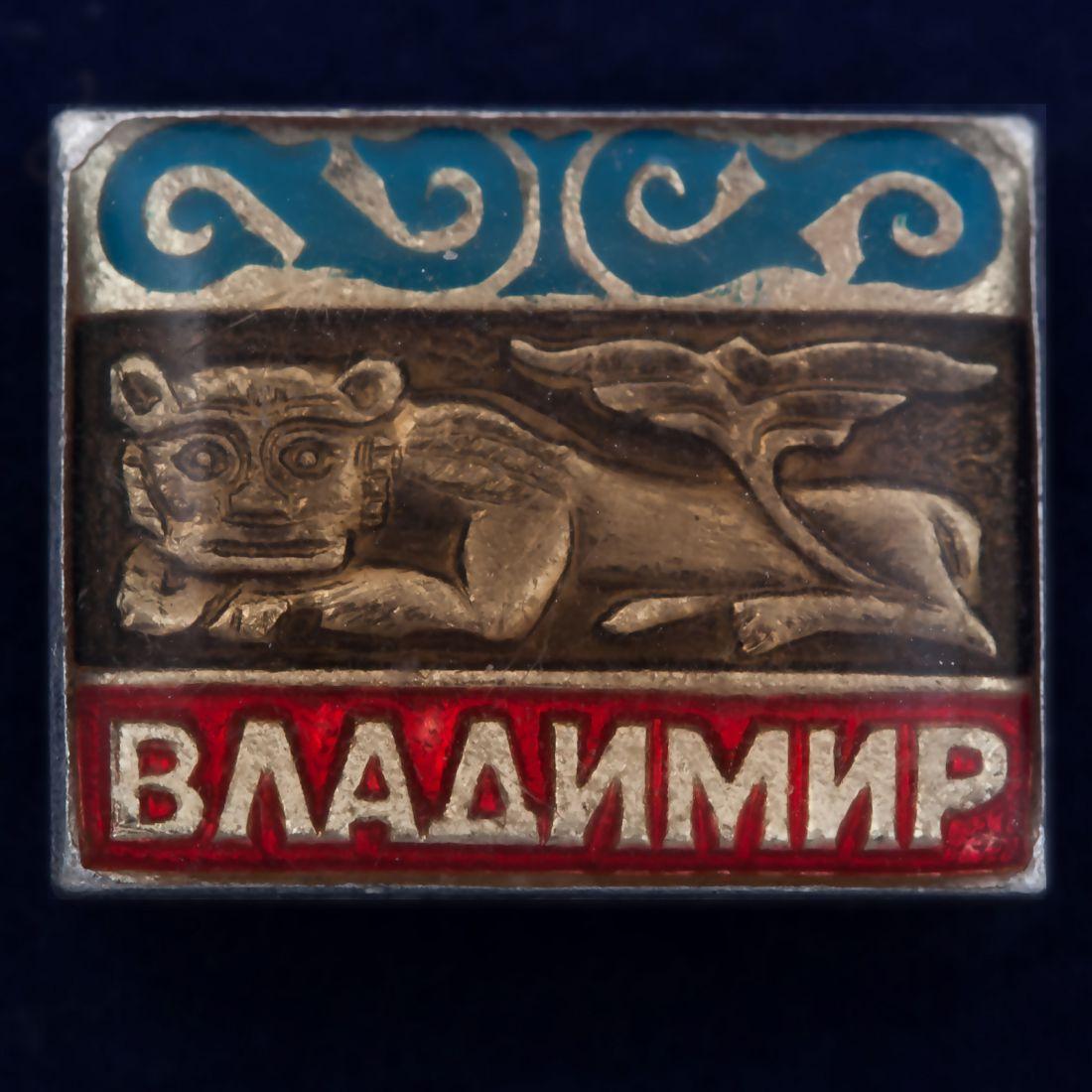 Значок со львом