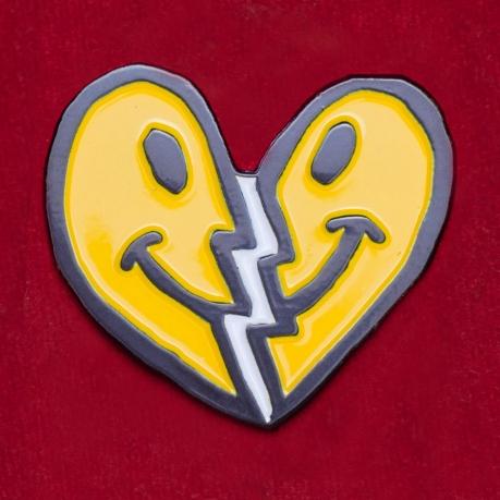 """Значок со смайликом """"Мое сердце не разбить"""""""