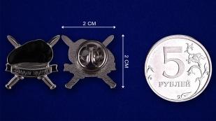 Значок танкиста «Черный берет» - сравнительный размер