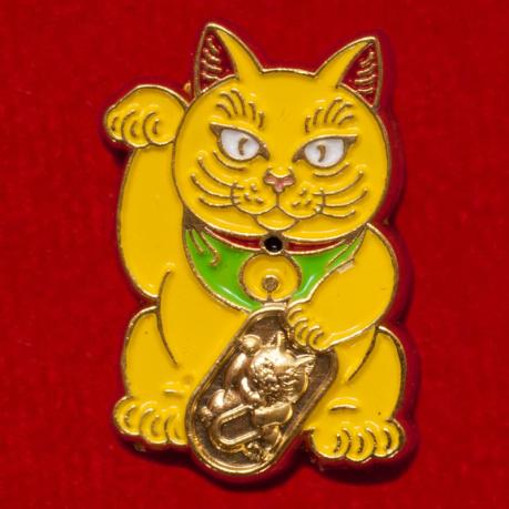 Значок-талисман на удачное решение финансовых вопросов с котом Манэки-нэко