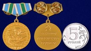 """Фрачник """"За оборону Советского Заполярья"""" - сравнительный размер"""