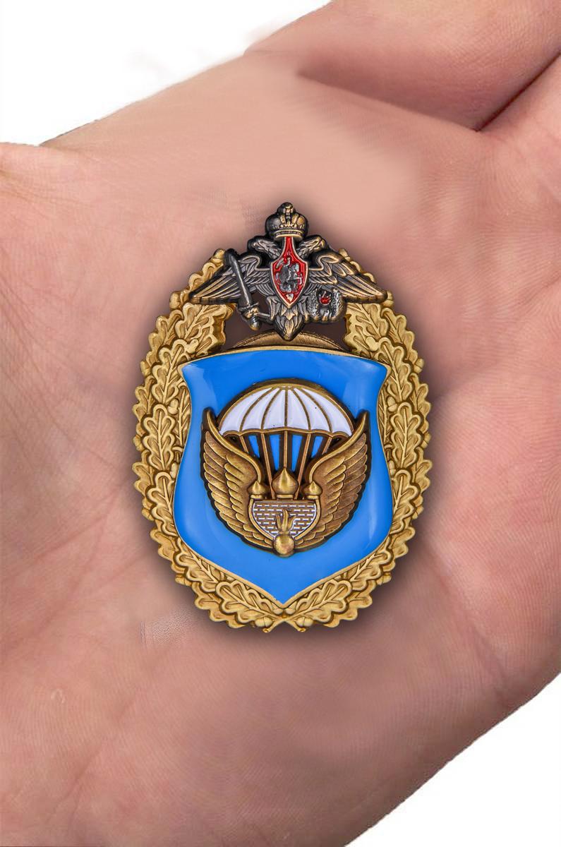 """Знак """"106-я гвардейская воздушно-десантная дивизия ВДВ"""" - вид на ладони"""