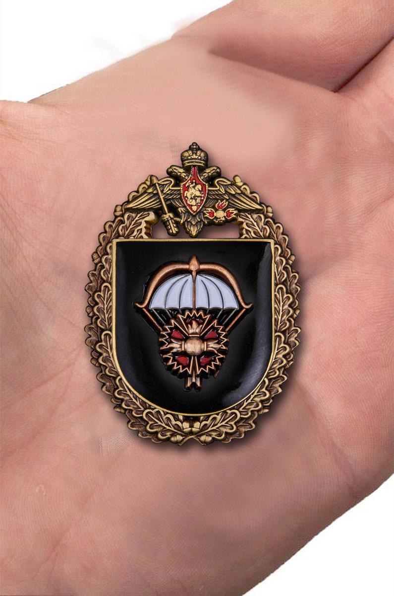 """Знак """"2-я отдельная бригада специального назначения ГРУ""""  вид на ладони"""