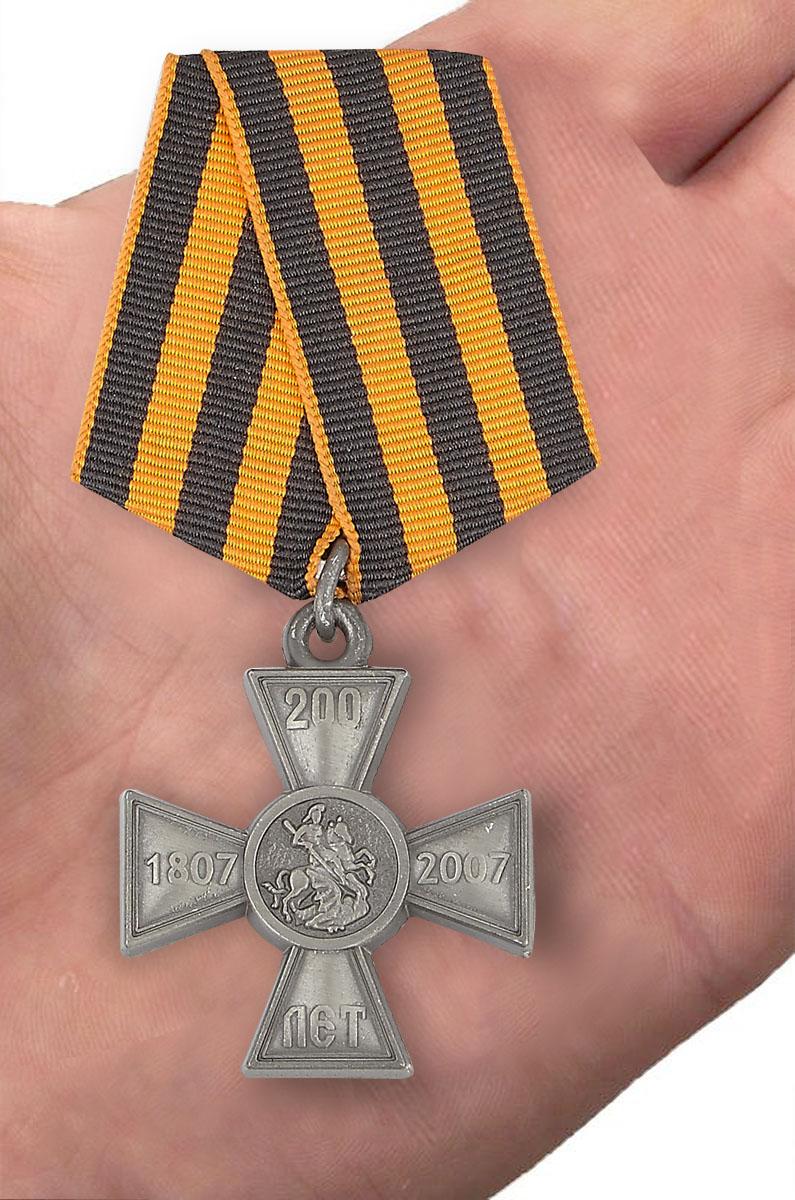 Знак 200-летие Георгиевского креста в бархатистом футляре с покрытием из флока - вид на ладони
