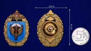 """Знак """"31-я отдельная Воздушно-десантная бригада"""" в бархатистом футляре из флока - сравнительный вид"""