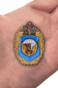 """Знак """"98-я гвардейская воздушно-десантная дивизия ВДВ"""" - вид на ладони"""