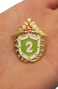 Знак ФПС РФ Классный специалист 2 класс в бархатном футляре - Вид на ладони