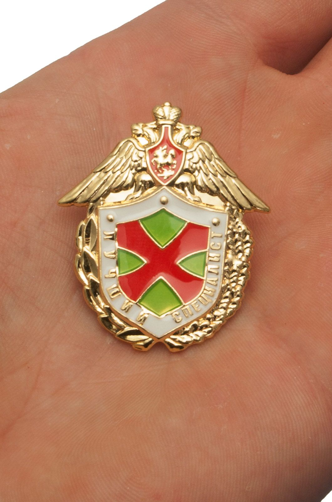 Знак ФПС РФ Лучший специалист в бархатном футляре - Вид на ладони