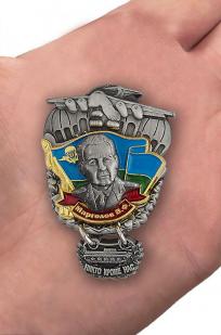"""Знак """"Генерал Маргелов"""" - вид на ладони"""
