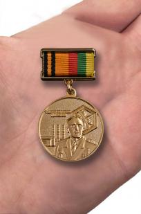 Знак Генерал Пикалов МО РФ - вид на ладони