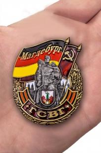 Знак ГСВГ Магдебург в футляре - вид на ладони