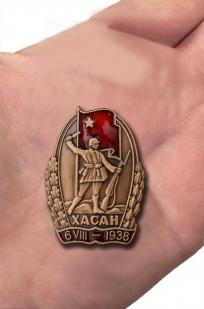 """Знак """"Участнику Хасанских боев"""" - вид на руке"""