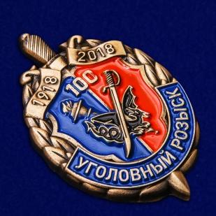 Знак к 100-летию Уголовного розыска в футляре из темно-бордового флока - общий вид