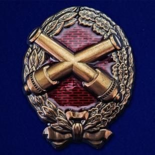 Знак Красного артиллериста на подставке