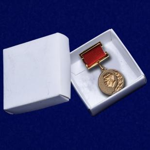 Знак Лауреата Сталинской премии I степени на подставке