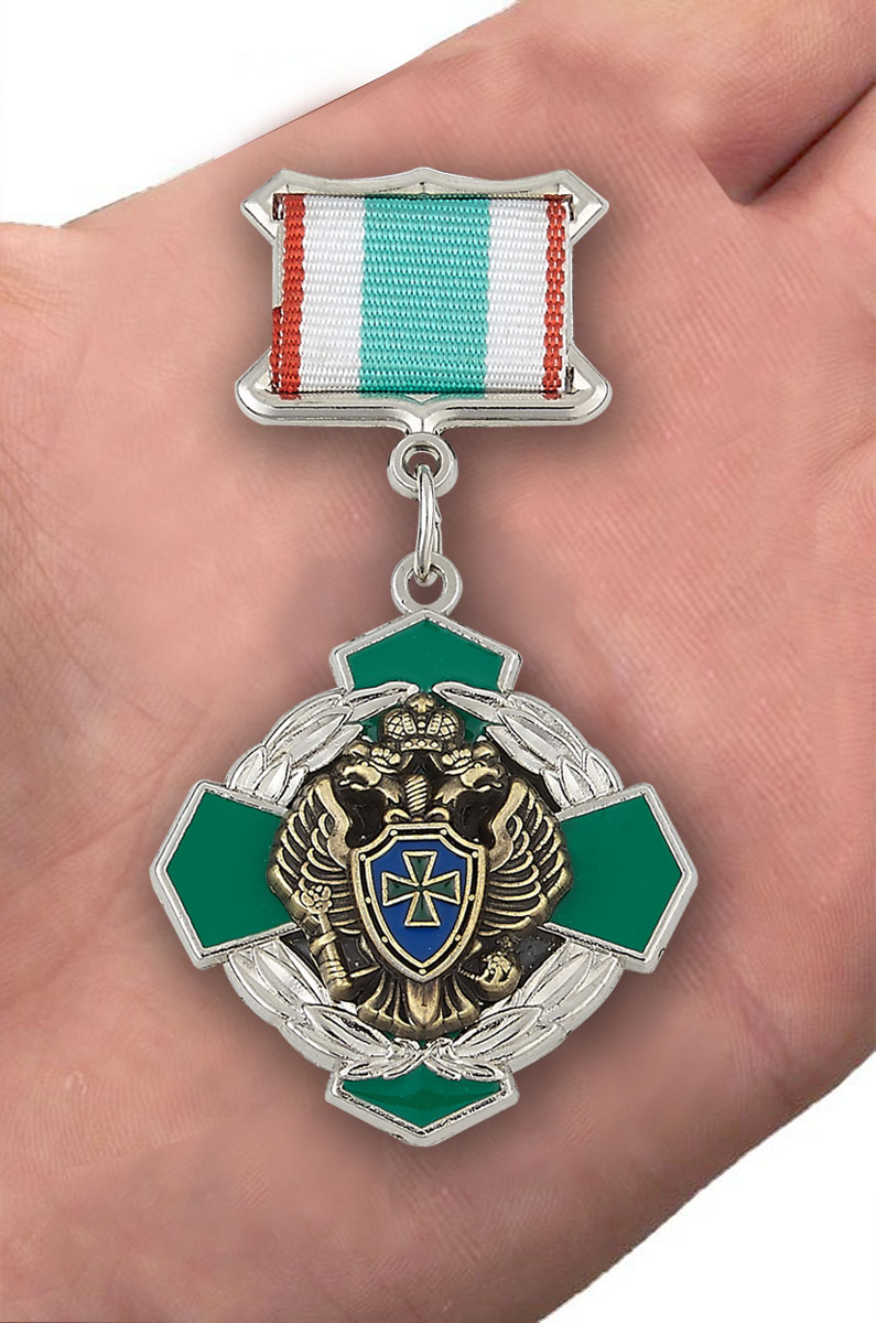 Знак отличия ПВ «За заслуги в пограничной службе» 2 степени - вид на ладони