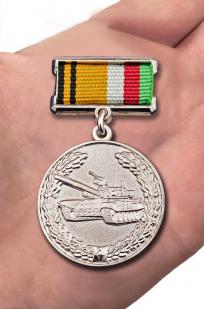 """Знак отличия """"За образцовую эксплуатацию бронетанкового вооружения и техники"""" МО РФ - вид на ладони"""