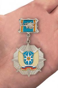 Знак Отличник авиации МЧС России (вертолёт) - вид на ладони