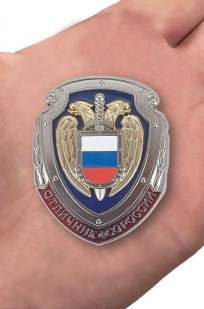 Знак Отличник ФСО России в бархатном футляре - Вид на ладони