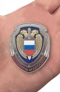 """Знак """"Отличник ФСО России"""" - вид на ладони"""