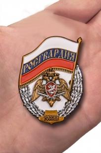 """Знак """"Росгвардия"""" в бархатистом футляре из флока - вид на ладони"""