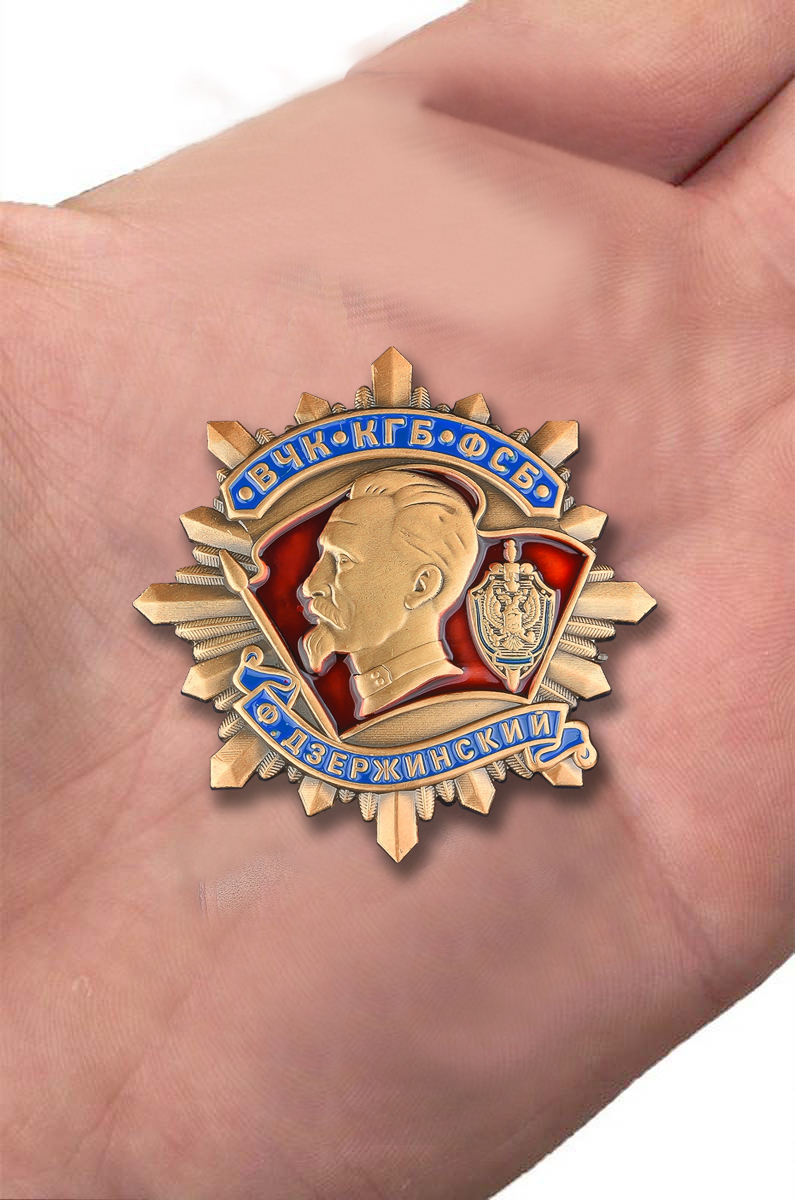 Орден Дзержинского ВЧК-КГБ-ФСБ в бархатном футляре - Вид на ладони