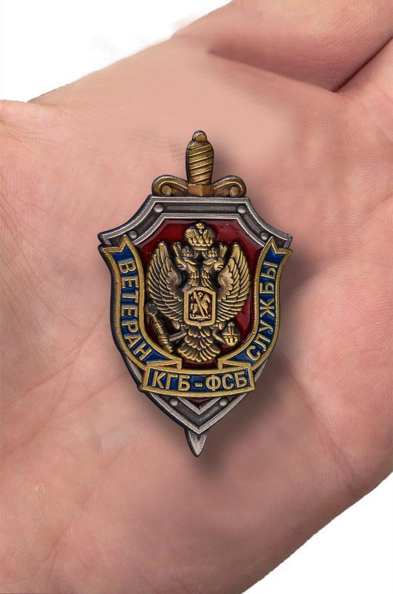 """Знак """"Ветеран КГБ-ФСБ"""" в бархатистом футляре из флока с прозрачной крышкой - вид на ладони"""
