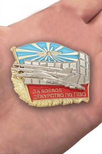 """Знак ВКС """"За боевое дежурство по ПВО"""" - вид на ладони"""
