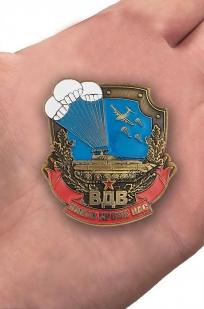 Знак воздушного десанта в нарядном бархатистом футляре из флока - вид на ладони