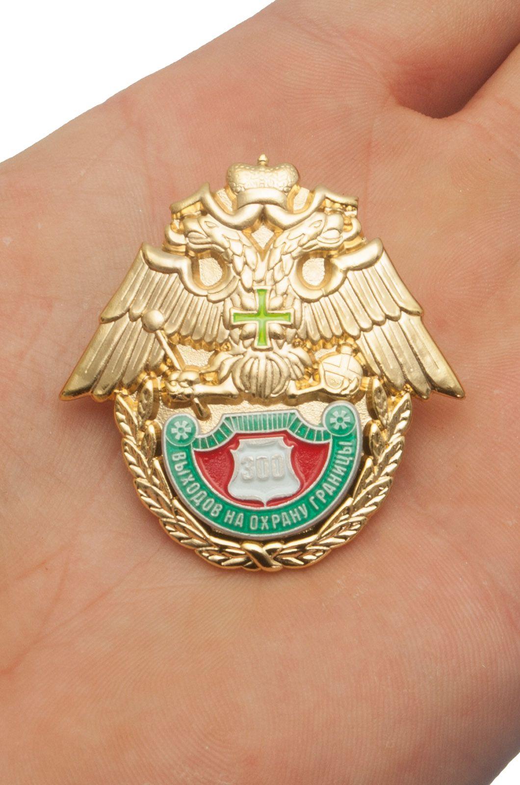 Знак ФПС России 300 выходов на охрану границы в бархатном футляре - Вид на ладони