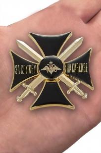 """Знак """"За службу на Кавказе"""" (чёрный) в бархатистом футляре из флока - вид на ладони"""