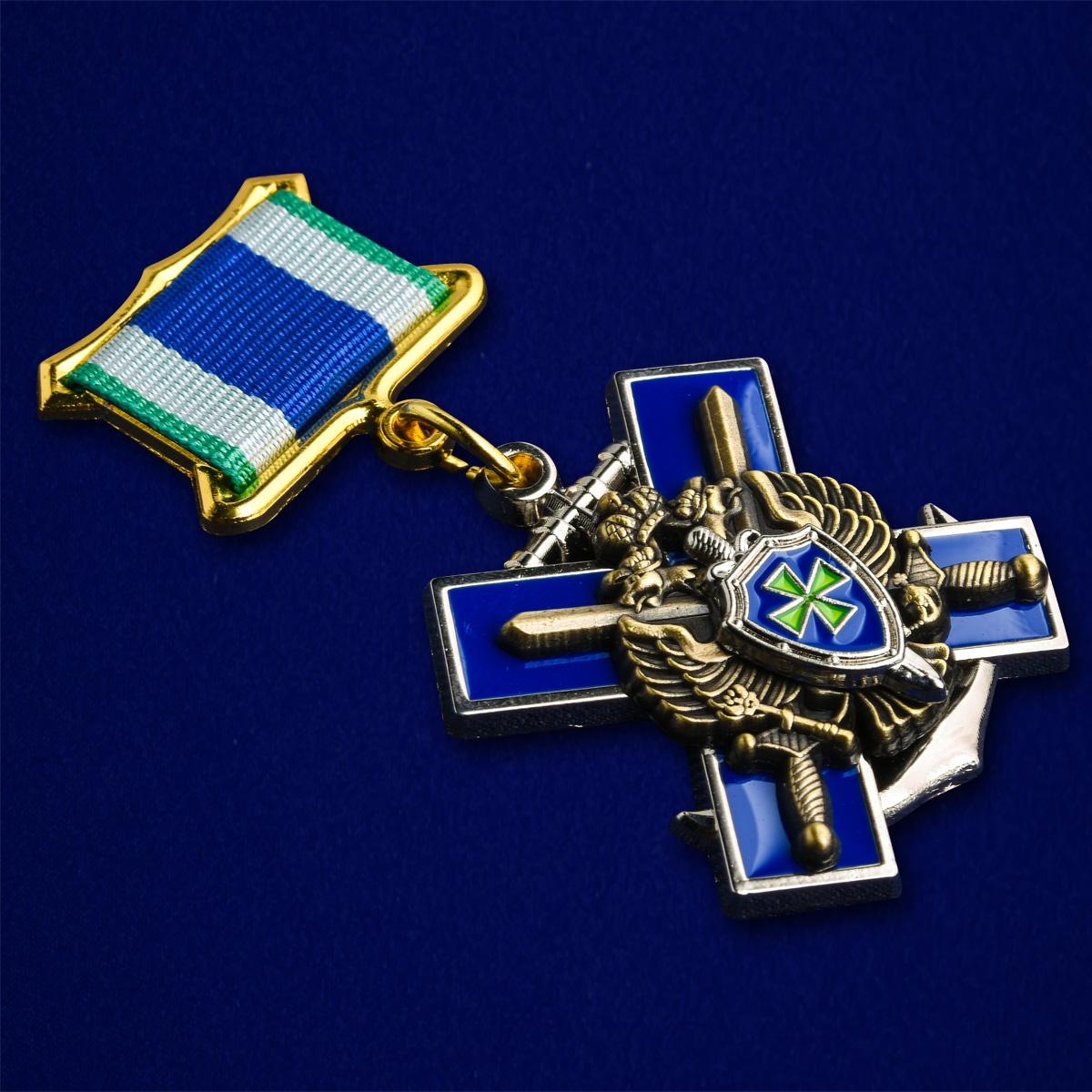 Знак «За службу в Заполярье» ПС ФСБ России-вид под углом
