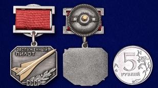 Знак «Заслуженный пилот СССР» - сравнительный размер